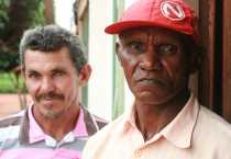 Los ex esclavos Manuel Alves da Costa y Bento Pereira da Silva, de pie fuera del Centro para la Defensa de la Vida y los Derechos Humanos de Açailândia, Brasil que CRS apoya. Foto por Robyn Fieser/CRS