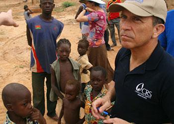 El padre David Garcia durante su reciente viaje a Burkina Faso y Ghana. Foto de Lane Hartill/CRS
