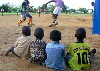 Un club de fútbol llamado las Estrellas de Wiaga, de Wiaga, Ghana, enseña sus destrezas futbolísticas a una delegación de CRS de una iglesia en Seattle. El club se estableció como una manera de involucrar a los jóvenes y protegerles de la calle y las drogas, el alcohol, y otros comportamientos no deseados. Foto cortesía de Jerrie Drinkwine