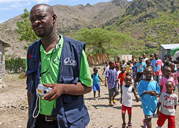 CRS capacita personas, como Enock Vilma, para identificar niños separados de sus familias durante el terremoto del 12 de enero. Foto por Lane Hartill/CRS