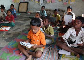 Niños de las comunidades tribales de la India afrontan discriminación debido a las prolongadas divisiones de casta. Las escuelas patrocinadas por CRS garantizan que ellos obtengan una educación. Foto de Laura Sheahen/CRS