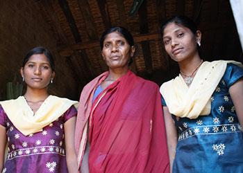 De izq. a dcha., Sunita, con su madre Saroja y su amiga Meena. Las dos niñas abandonaron el trabajo y retornaron a la escuela. Foto de Laura Sheahen/CRS
