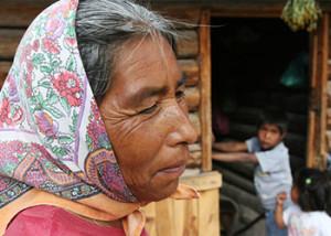 Las comunidades indígenas de los Tarahumara se enfrentan a un desafío de sostenibilidad, mientras se han cuestionado sus derechos a su tierra, y la desnutrición y escasez de alimentos han crecido. CRS ha trabajado en conjunto con el Frente Democrático Campesino para proveer recursos de desarrollo de productos, herencia cultural, y también servicios legales. Foto de Hilda M. Perez para CRS
