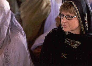 Amy Hilleboe con algunas mujeres en el Campamento Jalozai en Peshawar, Pakistan, en 2005. Foto de David Snyder para CRS