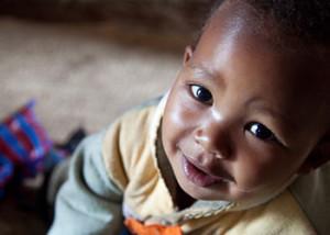 CRS trabaja con comunidades en Sudán para formar grupos de radiooyentes, como este grupo de las Mujeres Cultivadoras que conversan sobre un programa de radio que acaban de escuchar. De esta manera, profundizan su entendimiento de temas de actualidad. Tales grupos son críticos para fomentar la educación civil y para el éxito del Acuerdo Comprensivo de Paz, que puso fin a la guerra entre el norte y el sur de Sudán. Foto de Pohl, Laura Elizabeth