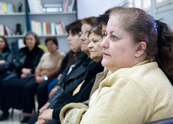 Un grupo de refugiadas de Irak escucha a un trabajador social de la organización aliada de CRS Centro de Emigrantes Cáritas Líbano, durante una sesión de capacitación, en Beirut. Foto de David Snyder para CRS