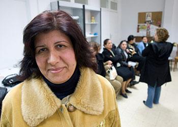 La refugiada iraquí Bahiga Baba ha completado 12 clases sobre cuidado infantil, prevención del SIDA, violencia de género, entre otros temas. Foto de David Snyder para CRS