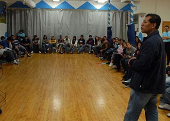 La visita de Díaz demostró que a veces las historias, que acercan la situación mundial a los públicos locales, pueden inspirar reacciones poderosas. Foto de Jesús Huerta/CRS