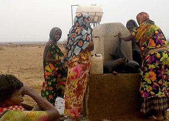 Mujeres colectan agua en una región de Etiopía donde CRS ha estado trabajando en la mitigación de sequía desde el 2003. Foto de KL Dammann/CRS