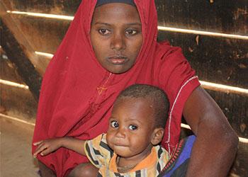 Debido a la severa sequía, muchas familias enfrentan hambre y han emigrado de Somalia viajando a pie. Foto de Laura Sheahen/CRSComo testigos de la sequía en África,