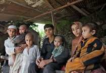 Nagena de 7 años con sus 3 hermanas y 5 hermanos, vive en la provincial de Pakhtunkhwa en Pakistán. Su padre murió en 2009. La imagen se tomó después de las inundaciones en Pakistán en Agosto del 2010. Foto de Asad Zaidi/CRS.