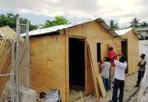 Construcción de un refugio temporal en una comunidad de Puerto Príncipe. Foto de CRS.