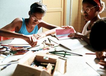 Por medio de Cáritas Cubana, CRS ofrece asistencia a la Casa de María Auxiliadora. Gemelas Yaisen, 14 y Yailen trabajan en clase de dibujo como parte de estos programas extra-curriculares ofrecidos en la Casa de María Auxiliadora en La Habana, Cuba. Foto por Corey Sipkin para CRS.