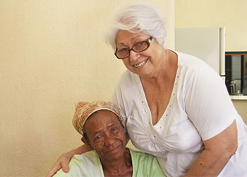Mercedes Hernández Valdez, de 68 años, es voluntaria de Cáritas Cubana y dirige un comedor en la parroquia de San Agustín en La Habana para alimentar a los ancianos. CRS trabaja en Cuba a través de Caritas Cubana para atender las necesidades de las poblaciones más vulnerables como los ancianos y los niños con síndrome de Down.