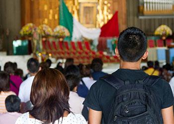Fieles dentro de la Basilica de Nuestra Señora de Guadalupe en la Ciudad de México, México. Foto por Phillip Laubner/CRS.