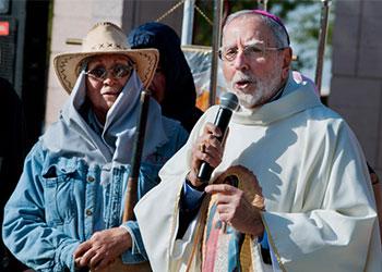 El Obispo Gerald Kicanas oficia una misa a una comunidad de trabajadores agrícolas migrantes en el pueblo de San Luis Arizona. La celebración honra la vida de trabajo de personas que ayudan a proporcionar alimentos a una nación, algunos, mientras tanto, enfrentan los retos de su estatus migratorio.