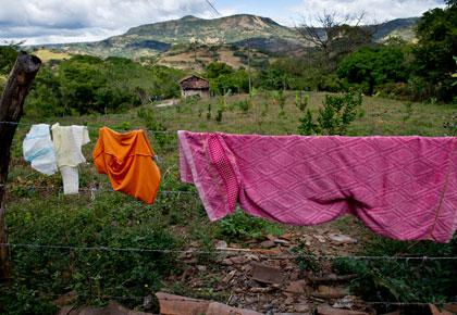 La comunidad de Las Tablas tiene acceso al agua que los habitantes usan para asearse, lavar ropa, y dar de beber al ganado. La comunidad coopero para construir un pozo y tuberías. Esto se llevó a cabo por medio del proyecto Mi Cuenca, una Iniciativa mundial financiada por la Fundación Howard G. Buffettt y liderada por CRS. Foto por Karen Kasmauski para CRS.