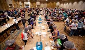Miles de personas participan en un evento de empacado de alimentos en la Florida. Jim Stipe/CRS