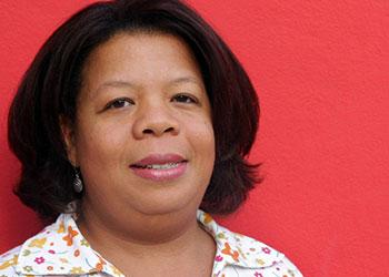 Yvrose Dolcy de 32 años y madre de 3 hijos, emigró a Haití en 2004 después de recibir amenazas de muerte. Como resultado, socios de CRS en la Arquidiócesis de Haití le han ayudado a establecer un pequeño negocio. Yvrose también limpia casas con el fin de asegurarse de que sus hijos vayan a una buena escuela. Foto de Fajardo, Sara A.