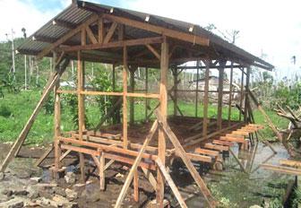 CRS ayuda a filipinos desplazados a construir refugios temporales utilizando la madera de sus casas dañadas por el Tifón Haiyan.