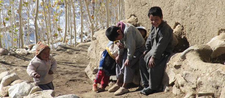 """CRS Afganistán trabajó con la comunidad para construir un puente y un camino entre su pueblo y el más cercano. El puente debería durar entre 20 y 30 años. El proyecto empleó a más de 118 hombres en un programa """"trabajo por dinero"""" que duró 28 días laborales. Pero su mayor importancia es que da acceso para viajar más rapidamente entre comunidades: permite a más jóvenes asistir a la escuela, más comercio, y más mujeres pueden llegar a una clínica cercana para dar a luz. Foto cortesía de Lisa Bandari/Aga Khan Foundation"""