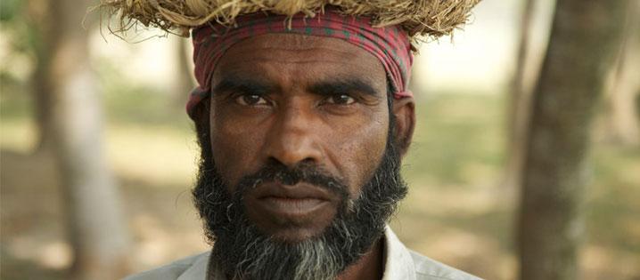 Un hombre en el programa trabajo-por-dinero implementado por Cáritas, un socio de CRS, para proveer trabajos a personas en áreas afectadas después del ciclón Sidr, en Bangladesh. Unas 320 personas recibieron empleos reparando una carretera que casi fue arrastrada por el ciclón. Foto de Mahmud para CRS