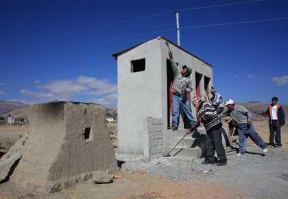 Residentes de Chahuira Pampa, una comunidad ubicada en los altiplanos de Bolivia, construyen baños ecológicos para la escuela de la comunidad. Como no utilizan agua y capturan los desperdicios en un contenedor, los baños ecológicos no contaminan el suelo, evitando la propagación de enfermedades.