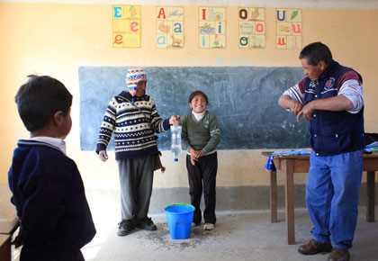 Porque el agua es escasa en los altiplanos bolivianos donde vive Fanny Layme, de 9 años, ella y otros estudiantes de la escuela en Chauira Pampa aprenden a lavarse sus manos sin desperdiciar agua.