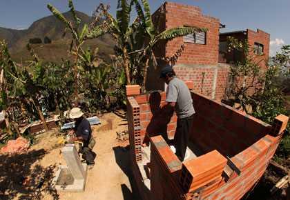 A pesar de que hay mucha agua en las tierras bajas de Bolivia, el los desechos y la basura contaminan el agua, propagando enfermedades.