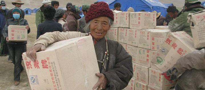 Jinde Charities, socios de CRS, distribuyen comida y otros tipos de ayuda a los sobrevivientes del terremoto de Yushu, abril 2010. Foto cortesía de Jinde Charities