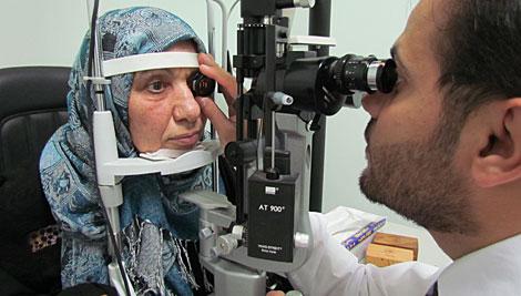 Una refugiada iraquí viviendo en el exilio en Amman recibe atención médica a través de un programa apoyado por CRS a cargo de Cáritas Jordania. Foto de Liz O'Neill / CRS