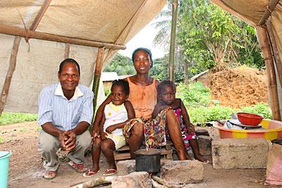 CRS ayuda a las comunidades anfitrionas en Liberia, donde miles de refugiados de Costa de Marfil, como Leonce Piuti y su familia, se han asentado. Foto de Helen Blakesley / CRS