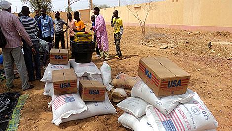 CRS distribuye alimentos de emergencia a las personas que se vieron obligadas a abandonar sus hogares cuando la violencia se intensificó en marzo de 2012. Foto de personal de CRS