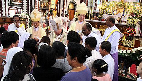 Durante un viaje de una delegación de CRS a Myanmar, Su Eminencia el Cardenal McCarrick celebró la Santa Misa en St. Mary's Cathedral en Yangon. Foto de Jennifer Hardy/CRS