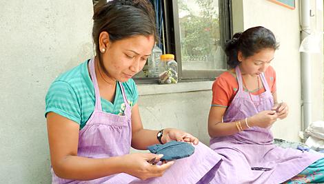 Catholic Relief Services apoya la cooperativa de comercio justo Mahaguthi: artesanías con conciencia a través de una asociación con la organización coordinadora de comercio justo Serrv. Foto de Jennifer Hardy/CRS.