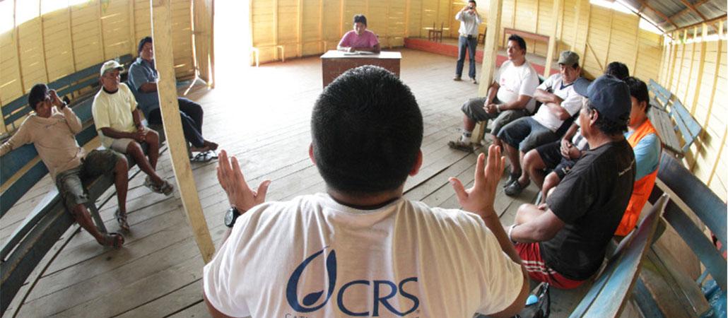 Víctor Hugo Pachas habla con los miembros de Concesión minera, de la Fortuna en Madre de Dios, Perú. Foto por Silverlight para CRS