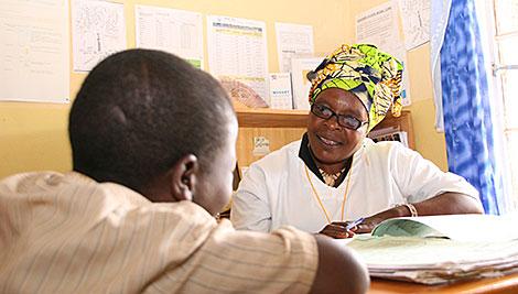 Cécile Mujawayezu en el Centro de Salud de Bungwe aconseja a Jean-Claude de 12 años de edad como parte de nuestro programa de AIDSRelief. Foto de Helen Blakesley / CRS