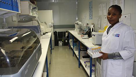 Con el apoyo de CRS, St. Gabriel atiende a pacientes en el área circundante y proporciona apoyo farmacéutico y de laboratorio a 14 centros de alcance.