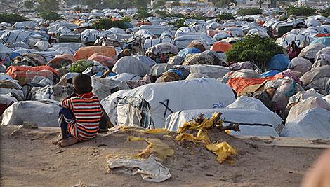 Un campamento improvisado en Mogadiscio se ha convertido en un hogar temporal para un sinnúmero de personas que han huido de la violencia y la sequía. Foto de Neal Deles / CRS
