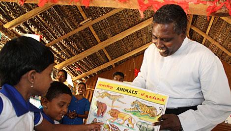 Niños tamiles aprenden las letras, números, canciones y bailes en una escuela preescolar en el noroeste de Sri Lanka. Foto de Laura Sheahen / CRS