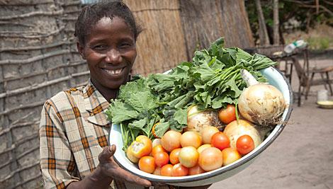 "A través del programa de seguridad alimentaria "" Promotion of Rural Food"", Namkolo Kabindalala aprendió sobre la importancia de incluir vegetales en la dieta de su familia. Foto de Jake Lyell para CRS"