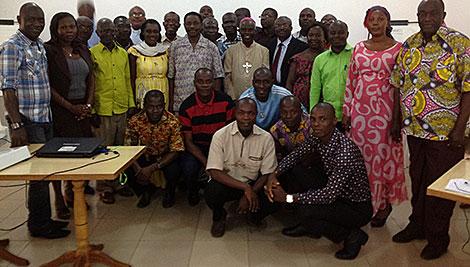Capacitación de maestros (ToT, por su sigla en inglés) participantes del taller de la paz y reconciliación de Costa de Marfil con el Obispo Maurice Konan. Foto de Thomas Awiapo/CRS