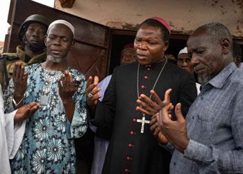 Arzobispo Dieudonne Nzapalainga e Imam Omour Kobine de Bangui rezan juntos durante una gira de promoción de la tolerancia y la reconciliación en la República Centroafricana.