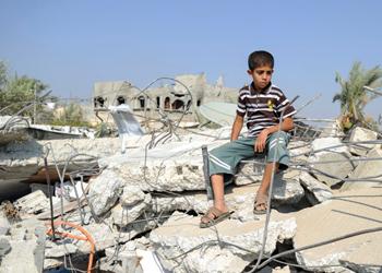 La casa de Abu Omear Samhan Mob fue destruida en el conflicto de Gaza-Israel originado a mediados de mayo del 2014 . Éste se intensificó a principios de julio cuando las Fuerzas de Defensa de Israel (FDI) lanzaron la Operación de protección perimetral contra militantes en la Franja de Gaza. CRS y su socio USAID respondieron mediante la distribución de artículos no alimentarios esenciales, o artículos no alimentarios en la ciudad de Gaza. Foto por Shareef Sarhan para CRS.