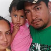 Esta familia de El Salvador huyó a los Estados Unidos en junio pasado—pero no lo lograron. Ellos abandonaron su país después de que una pandilla se presentó en su puerta exigiendo un impuesto de protección. La familia vendió todas sus pertenencias y viajaron en autobús para reunirse con un contrabandista en México que les cobró 2.000 dólares. El viaje desde El Salvador a Guatemala salió bien, pero ellos fueron secuestrados en México y detenidos a cambio de  rescate. Finalmente fueron rescatados por la policía mexicana, pero las autoridades mexicanas los deportaron a El Salvador. Ahora están en deuda, y se han quedado sin nada. Foto por Robyn Fieser/CRS.