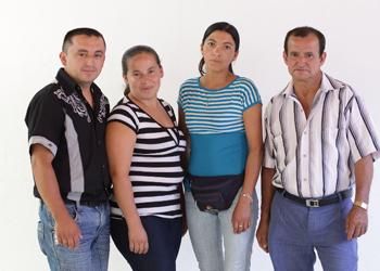 En la imagen aparecen Paulo, de 32 años, María Luz, 30, Edith, de 33 años, Pablo, 61, son de Samaniego, Colombia todos, agricultores del Proyecto Café Borderlands. El programa benefició a más de 3, 000 agricultores de pequeña escala en comunidades afectadas por el conflicto a lo largo de la frontera entre Colombia y Ecuador. Café Borderlands asistió en la ampliación de oportunidades de mercado de alto valor y la reducción de vulnerabilidad al hambre y la degradación ambiental. CRS y sus socios locales incluyen a CIAT, el Centro Internacional de Agricultura Tropical. Foto por Silverlight.