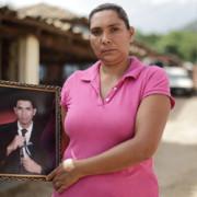 Julia Hernández Gutiérrez, de 37 años, sostene la foto de uno de sus dos hijos que han emigrado al norte desde el Departamento de Morazán, Honduras, en busca de trabajo.