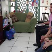 Susy Calderon se comunica con su familia a millas de distancia desde Los Ángeles, California. Su familia ha estado separada por los últimos 15 años.