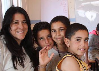 Mari Barboza, miembro del personal de CRS visita un campo de refugiados. Foto de CRS.