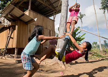 Gracias a un proyecto de CRS de efectivo-por-refugio, las niñas Bretenia y Dagami —primas, vecinas y mejores amigas—ahora tienen hogares seguros y resistentes. Foto de Jennifer Hardy/CRS